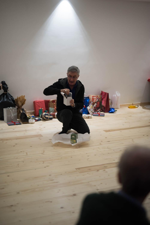 Gianfranco apre il suo regalo